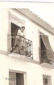Cristiane, en el balcón de la casa, esposa de Joaquín Masegosa González