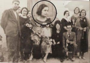 Con lupa Pura Masegosa Mtez, hermana del Oretano Joaquín Masegosa González
